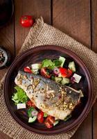 branzino al forno con insalata greca foto