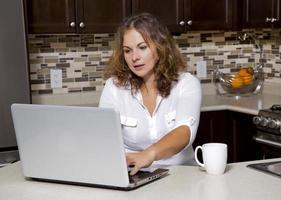 donna in cucina foto