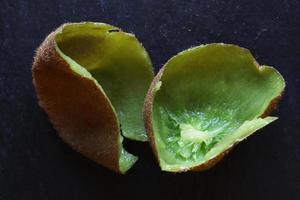 bucce di kiwi vuote