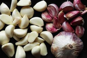 spicchi d'aglio e aglio sbucciato