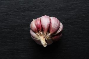 una testa d'aglio sbucciata foto