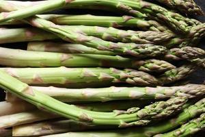 un mazzetto di asparagi verdi foto