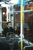 uomo sul treno foto
