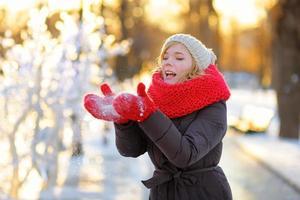 giovane donna divertendosi in inverno