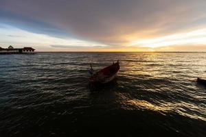 barca da pesca sul lago al tramonto