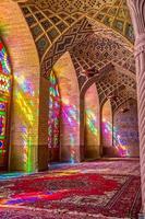 moschea nasir al-mulk sala di preghiera verticale foto