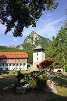 il monastero di mileseva, serbia, particolare del sagrato foto