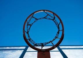 guardando in alto attraverso un canestro da basket