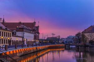città e acqua al tramonto
