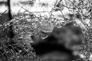 scala di grigi di una finestra rotta foto