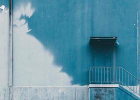 parete dipinta a metà sul lato dell'edificio