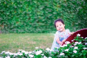 ritratto di carina bambina sorridente in costume da principessa