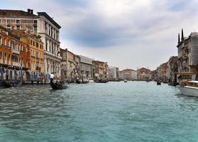 canal grande con barche, venezia, italia