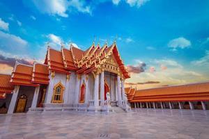 il tempio di marmo, wat benchamabopit dusitvanaram a bangkok, thailandia foto