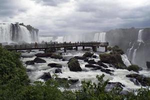 turisti che danno un'occhiata più da vicino alle cascate di iguassu