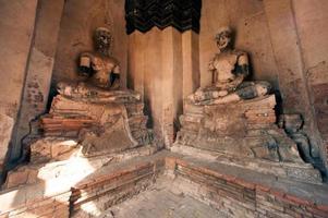 antico buddha in wat chaiwatthanaram, parco storico di ayutthaya della thailandia.