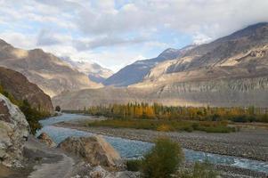 bella catena montuosa vicino a Gakuch, nel nord del Pakistan foto