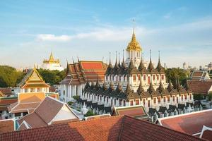 Wat Ratchanaddaram e Loha Prasat Metal Palace a Bangkok, in Thailandia