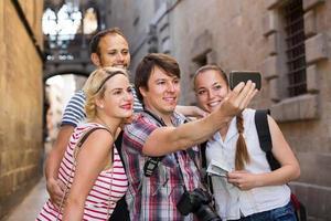 gruppo di turisti che fanno selfie
