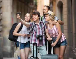 giovani viaggiatori che fanno selfie