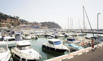 barche al molo della città