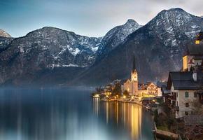 Tramonto sul lago di Hallstatt, Salzkammergut, Alpi austriache