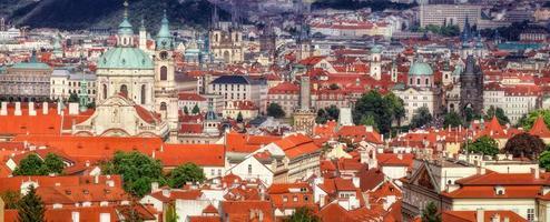 panorama di praga con il castello di praga, tetti rossi di praga