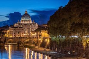 st. Basilica di San Pietro di notte a Roma, Italia foto