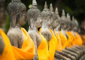 vecchia statua del buddha nel tempio di ayutthaya foto