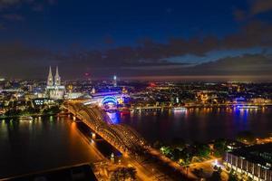 panorama di paesaggio urbano di notte di Colonia