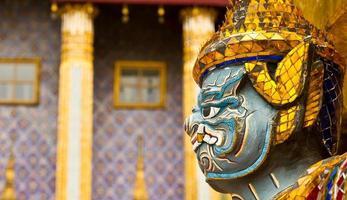 bel volto della gigantesca statua del guardiano in thailandia.