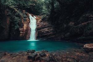 cascata che precipita nello stagno turchese