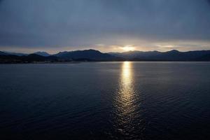 sole che tramonta sul mare foto