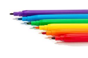 pennarelli colorati su uno sfondo bianco
