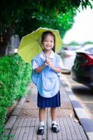 bambina in uniforme scolastica tailandese