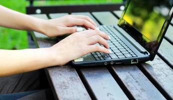 mani che lavorano con il computer portatile