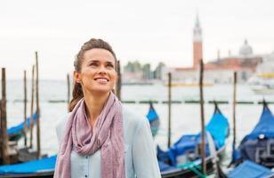 Ritratto di giovane donna in piedi sul terrapieno a Venezia, Italia