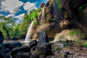 la cascata di haew suwat in thailandia foto