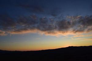 sagoma dell'orizzonte del paesaggio durante il tramonto