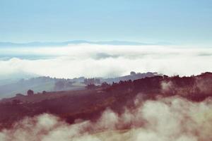scena di paesaggio collinare con nuvole di basso livello