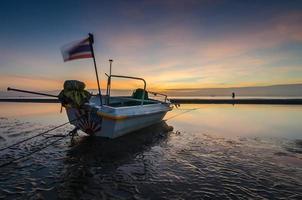 barca da pesca sulla spiaggia di huahin, thailandia