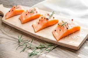 bistecche di salmone crude sulla tavola di legno foto