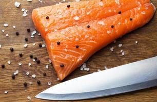 salmone e coltello foto