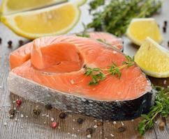 salmone crudo con erbe e spezie foto