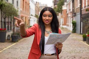 turista in possesso di una mappa foto