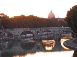 roma sul fiume tevere la sera