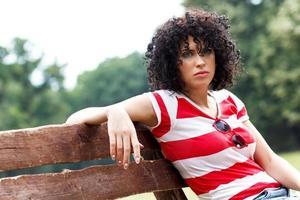 giovane donna seduta su una panchina nel parco