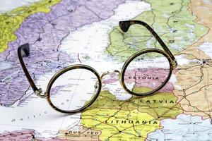 occhiali su una mappa dell'europa - estonia foto