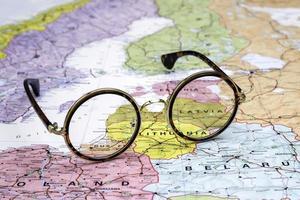 occhiali su una mappa dell'europa - lettonia foto
