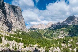 valle tipica delle dolomiti italiane. foto